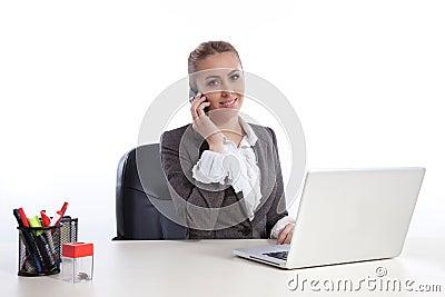 Jonge bedrijfsvrouw op kantoor dat door telephon roept