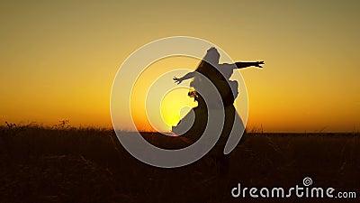 Jonge bruid en bruidegom die op achtergrond van romantische rode zonsondergang omcirkelen honeymoon Het verband tussen de mens en stock video