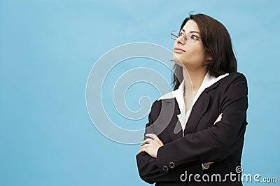 Jonge dame die weg kijkt