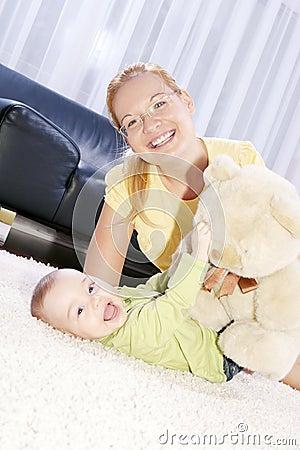 Jonge decoratieve mammaspelen met haar zoon.