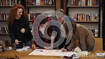 Jonge diverse brainstorming van het marketingonderzoeksteam die werkt aan startzakelijke oplossing Vier mensen werken aan een pla stock videobeelden