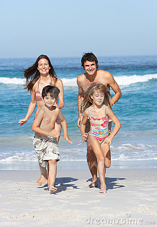 Jonge Familie die langs Strand op Vakantie loopt