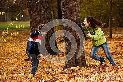 Jonge geitjes die in de herfstpark spelen