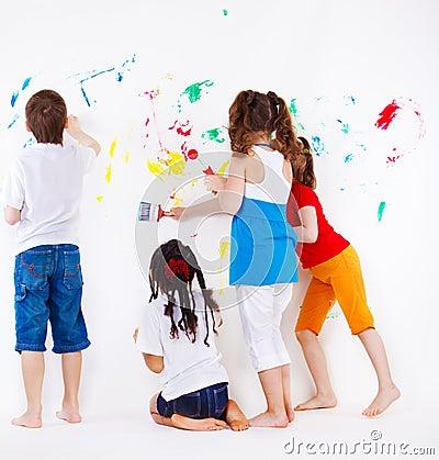 Jonge geitjes die muur schilderen