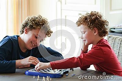 Jonge geitjes die Schaak spelen