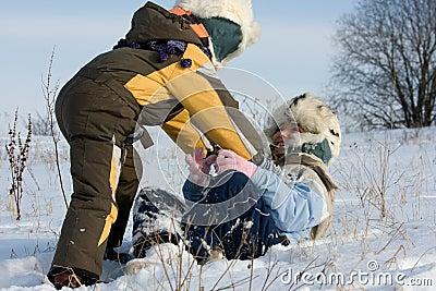 Jonge geitjes die in sneeuw spelen