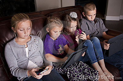 Jonge geitjes gebruikend Mobiele Apparaten