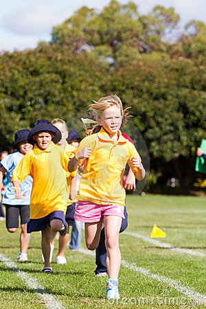 Jonge geitjes in sportenras Redactionele Fotografie