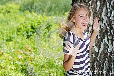 Jonge gelukkige en verbaasd vrouw die gillen lachen