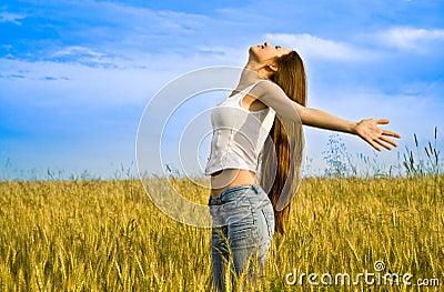 Jonge gelukkige vrouw