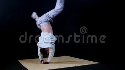 Jonge geschikte man breekt danser die trucjes uitvoert stock videobeelden