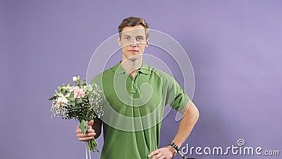 Jonge kaukasische koerier van bloemen stock videobeelden