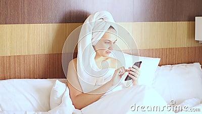 Jonge knappe meid na een douche krijgt een onaangename boodschap en zweet zwaar stock video