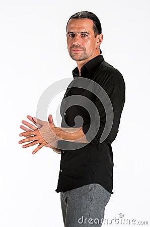 Jonge knappe mens in zwart overhemd