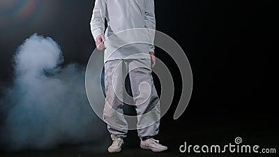 Jonge man danser loopt op het podium en begint met de pauze danstruc stock videobeelden