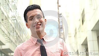 Jonge man glimlacht vrolijk stock video