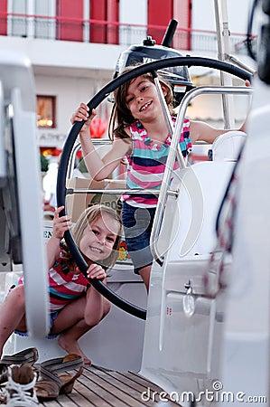 Jonge meisjes op varende boot