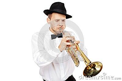 Jonge mens die een trompet speelt