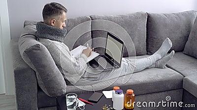 Jonge mens die van huis tijdens ziekte werkt Online Onderwijs stock video