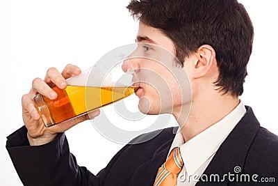 Jonge mens het drinken bier