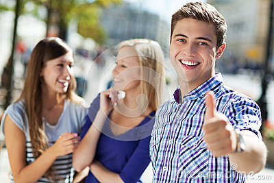 Jonge mens het tonen beduimelt omhoog