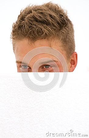 Jonge mens het verbergen