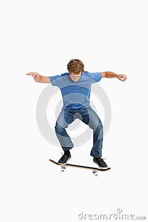 Jonge mens op een skateboard