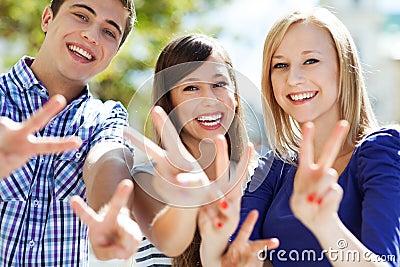 Jonge mensen die vredesteken tonen
