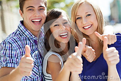 Jonge mensen met omhoog duimen