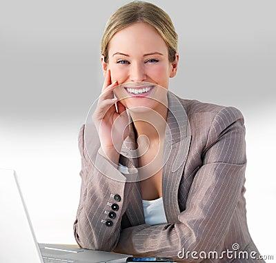 Jonge mooie bedrijfsvrouw die aan computer werkt