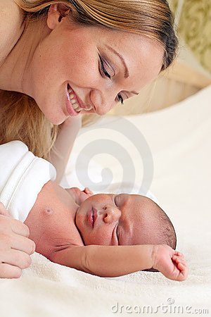 Jonge mooie moeder en pasgeboren babyjongen