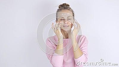 Jonge mooie vrouw die room op haar gezicht toepassen Het concept van Skincare stock videobeelden