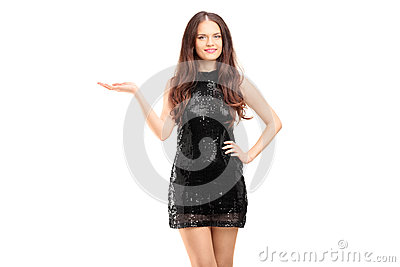Jonge mooie vrouw in het zwarte elegante kleding gesturing