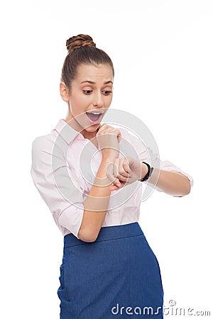 Jonge onderneemster die haar horloge bekijkt