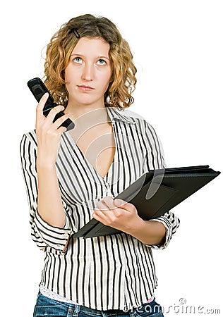 Jonge onderneemster met omslag en telefoon