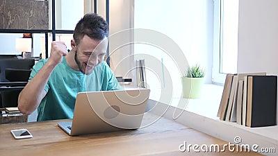 Jonge Ontwerper Celebrating Success terwijl het Werken aan Laptop stock video