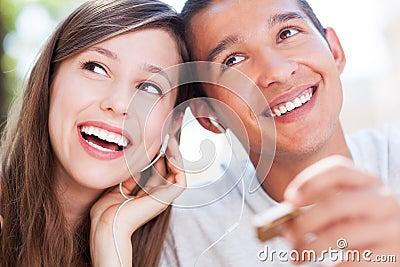 Jonge paar het luisteren muziek samen