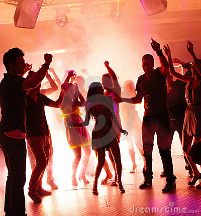 Jonge studenten die met vreugde in een disco dansen