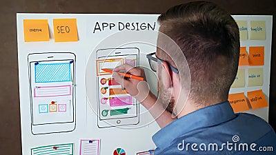 Jonge UX-ontwerper die Mobiele app ontvankelijke lay-out ontwikkelen stock videobeelden