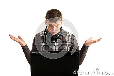 Jonge verbaasde zakenman die aan laptop werkt