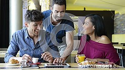 Jonge vrienden die digitale tablet gebruiken stock videobeelden