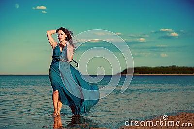 Jonge vrouw bij het strand
