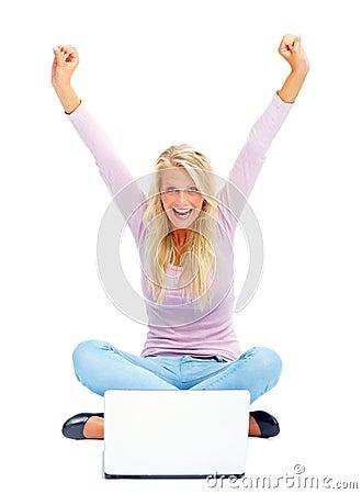 Jonge vrouw die aan laptop op witte achtergrond werkt