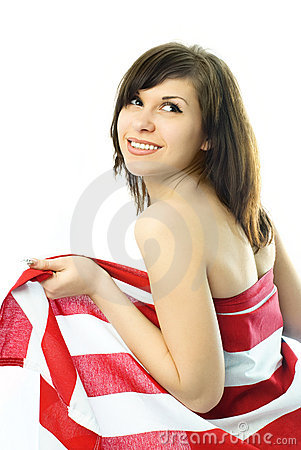Jonge vrouw die in de Amerikaanse vlag wordt verpakt