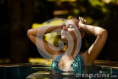 Jonge vrouw die goede tijd in het zwemmen hebben