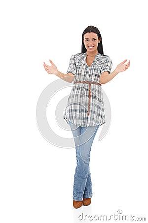 Jonge vrouw die het onzichtbare objecten glimlachen houden