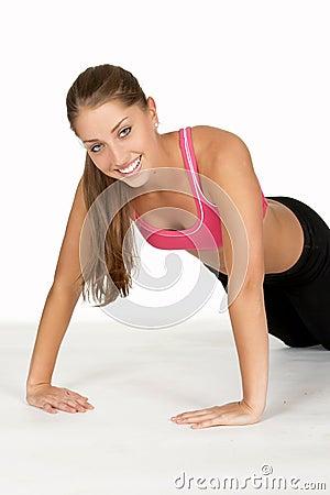 Jonge Vrouw die Omgekeerde Opdrukoefening doet