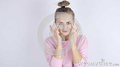 Jonge vrouw die room op haar gezicht toepast Het concept van Skincare stock videobeelden
