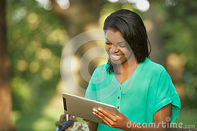Jonge vrouw die tabletcomputer met behulp van