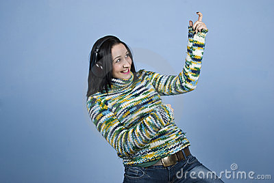Jonge vrouw die van muziek geniet